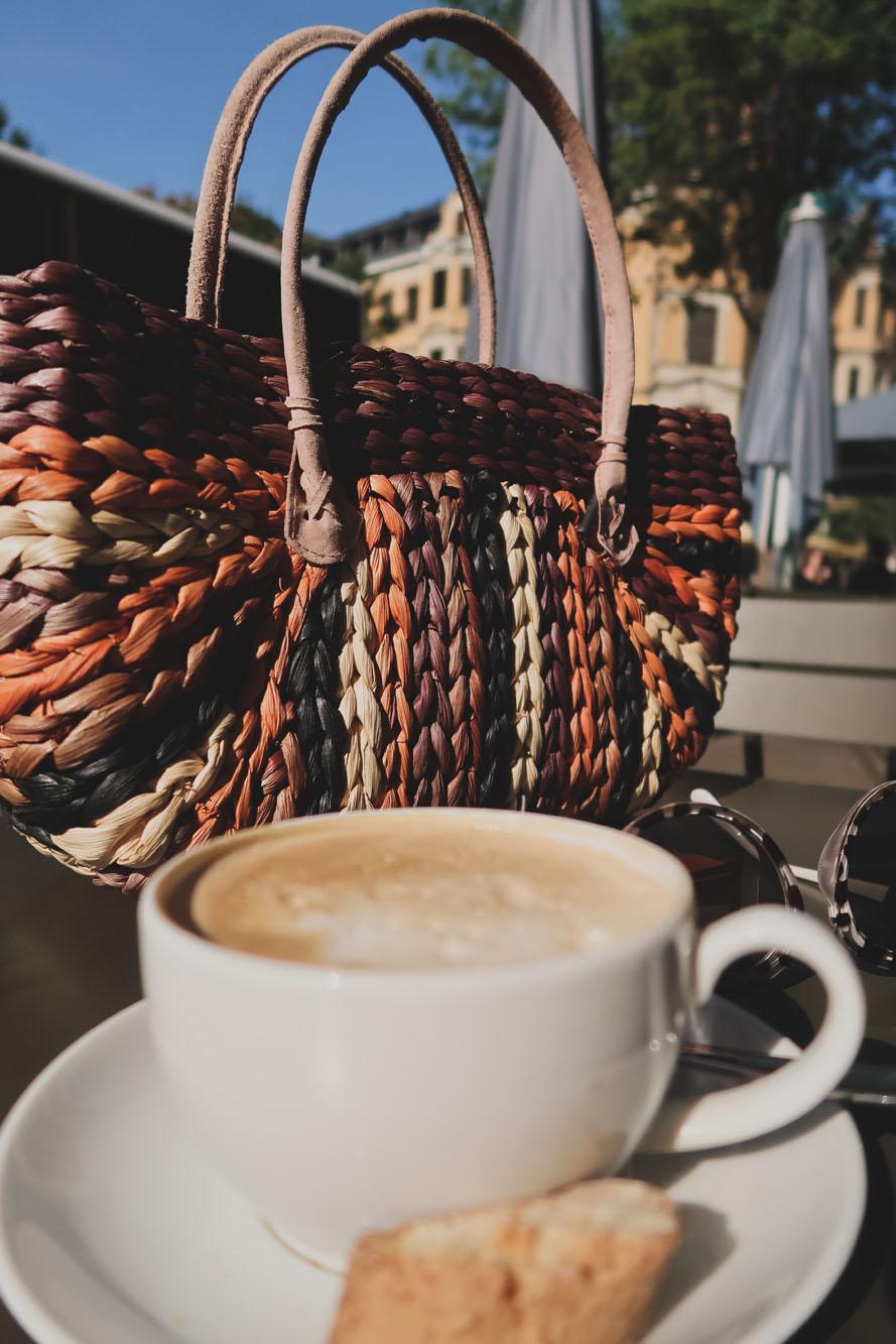bunte Korbtasche und Kaffee im Pilot Leipzig